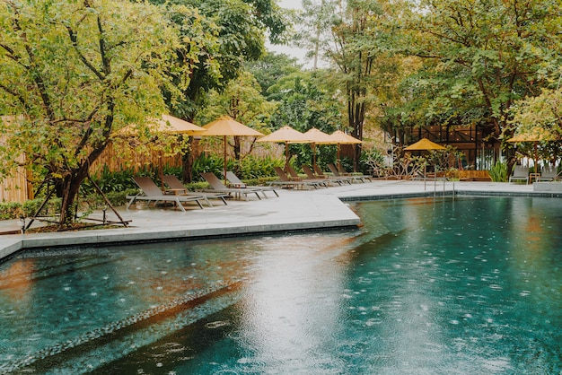 호텔 리조트의 수영장 주변에 우산과 수영장 침대 장식