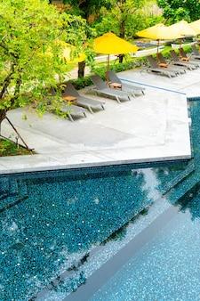 ホテルリゾートのプールの周りの傘とプールのベッドの装飾