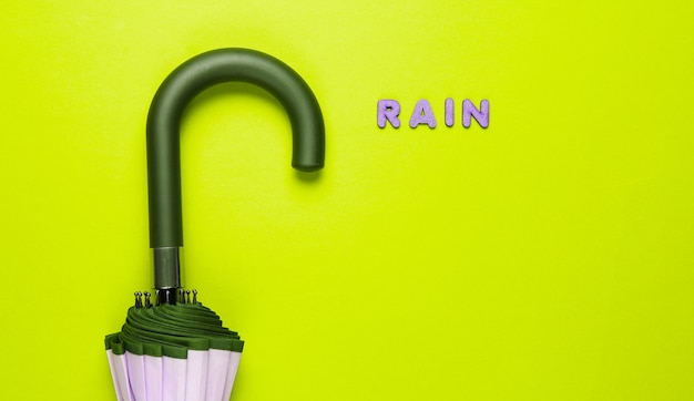 緑の木製の文字から雨という言葉で傘フック。