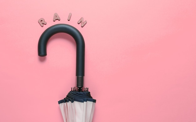 ピンクの木製の文字から雨という言葉で傘フック