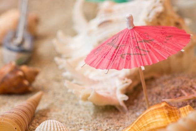 水族館のビーチで傘