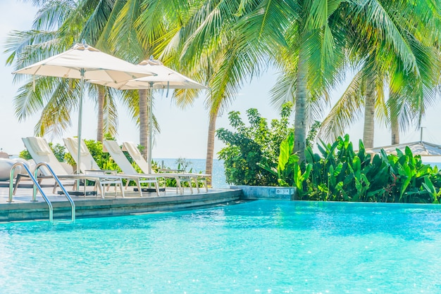 Зонт со стулом в отеле бассейн курорта