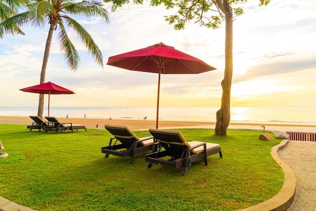 아침에 바다 해변과 일출의 자 우산. 휴가 및 휴가 개념