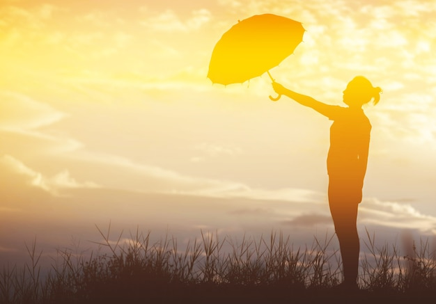 우산 여자와 일몰 실루엣