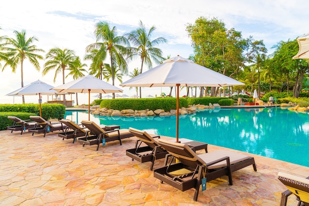 호텔 수영장 주변의 우산과 선베드