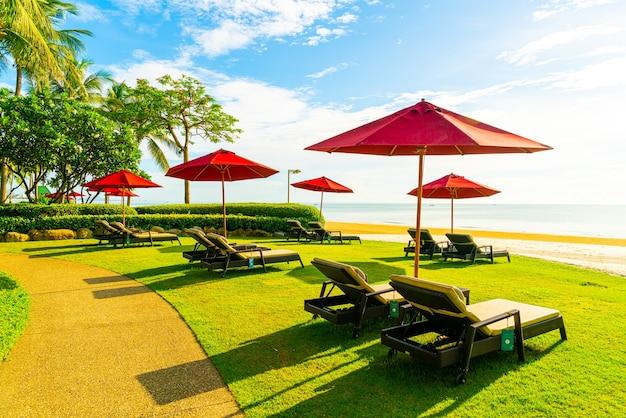해변 옆에있는 우산과 선베드