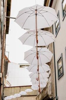Зонтики украшают улицу в центре браги, португалия