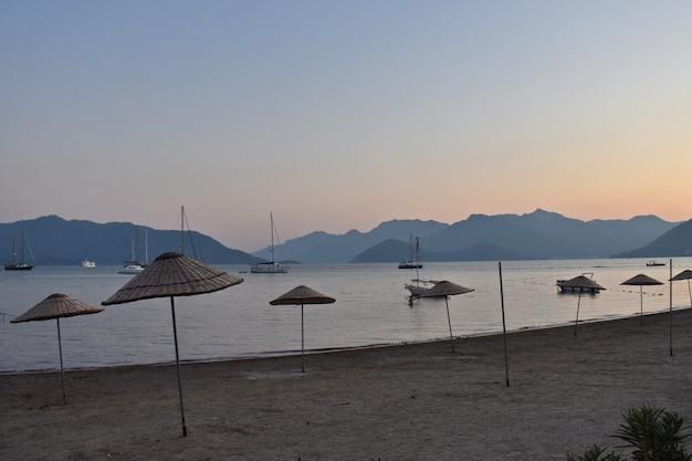 Marmaris 해변에 우산입니다. 칠면조