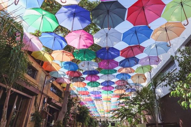 Украшение улиц зонтики на торговой аллее в никосии северный кипр