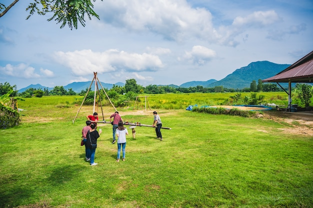타이 담 문화 마을 앰프 박물관에서 스윙을 하는 모르는 사람들 chiang khan loei 태국ch...
