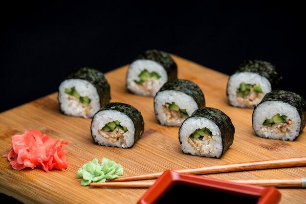 장어를 곁들인 우나기 마키 전통 일본 스시, 다이어트 중인 사람들을 위한 건강식.