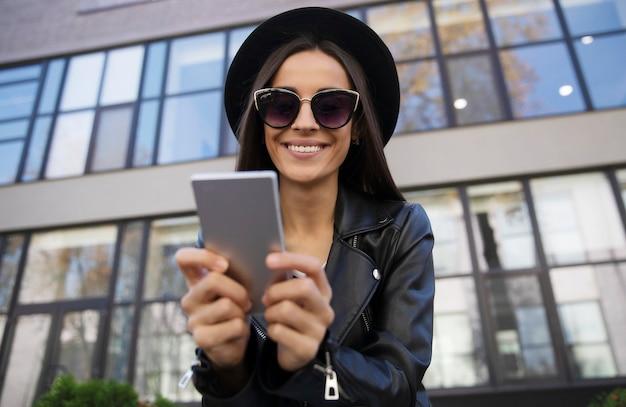 Невероятно красивая девушка в модной одежде стоит возле ...