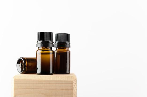 化粧品、天然薬、エッセンシャル、マッサージオイルまたはその他の液体用に設定されたブランドのない琥珀色のボトル。