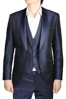 ボタンを外した夜の青い男性のウェディングドレス、ベストと白いシャツのネクタイなし、白い背景で隔離。