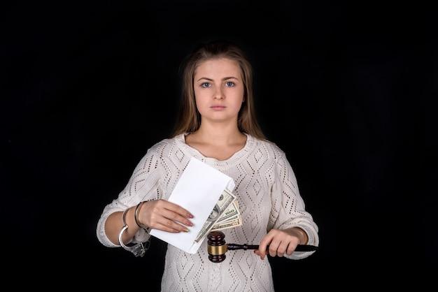 망치와 돈 봉투를 들고 체인 된 여자
