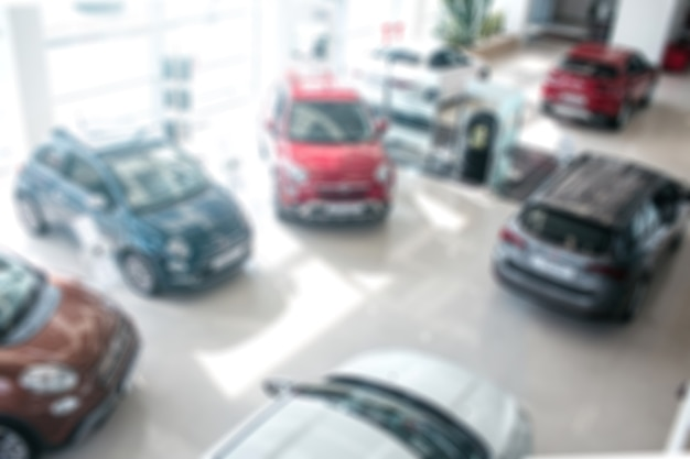 異なる色の車の不明瞭な画像