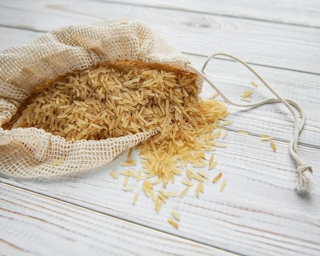오래 된 나무 배경에 익히지 않은 basmati 쌀