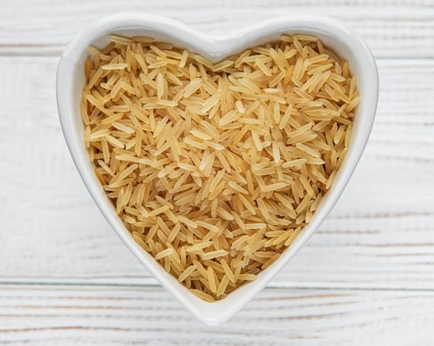 오래 된 나무 표면에 생 쌀된 인도 쌀
