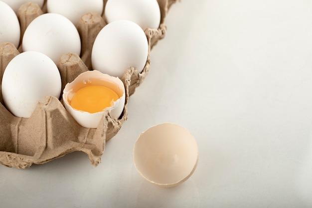 Сырые куриные яйца в картонной таре.