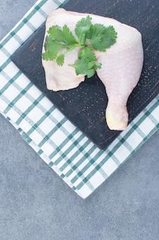 생된 닭 다리와 블랙 보드에 칠리 페 퍼.