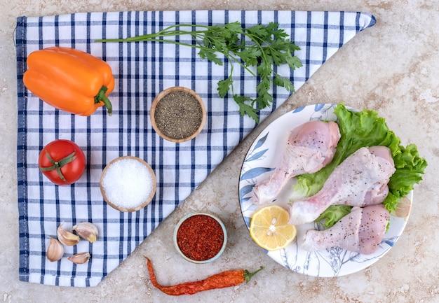 야채와 함께 요리하지 않은 닭 다리 고기