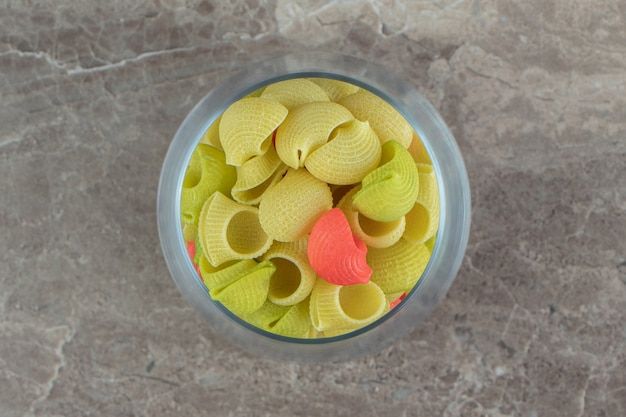 유리에 조리되지 않은 다채로운 콘치글리 파스타