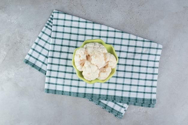 テーブルクロスの上に未調理の新鮮なカリフラワー野菜。高品質の写真