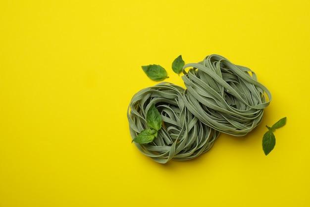 생 쌀된 녹색 파스타와 바질 노란색