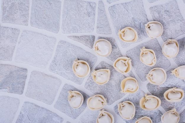地上の小麦粉に未調理のヒンカリの詰め物。
