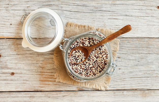ガラス上面図の未調理の混合キノア穀物