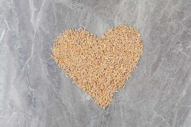 大理石の表面に未調理のオーツ麦粒