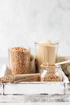 나무 쟁반에 생 쌀된 유기농 메밀 곡물, 메밀 가루 및 메밀 메밀 국수