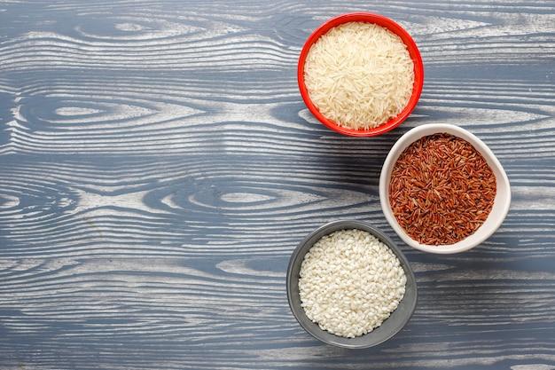 요리하지 않은 유기농 리조또 쌀.