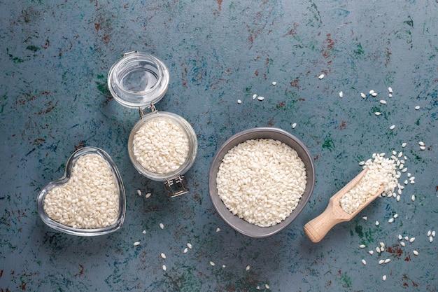 Сырой органический рис для ризотто.