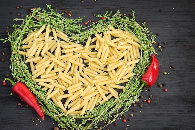 Сырые макароны в форме сердца.