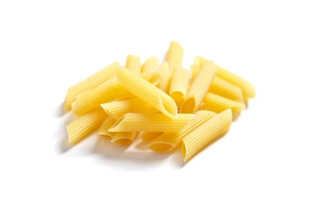 Сырые итальянские макароны penne rigate изолированные