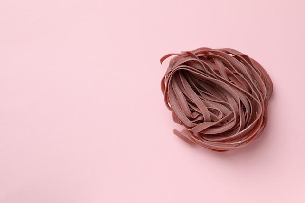 핑크에 생된 핑크 파스타