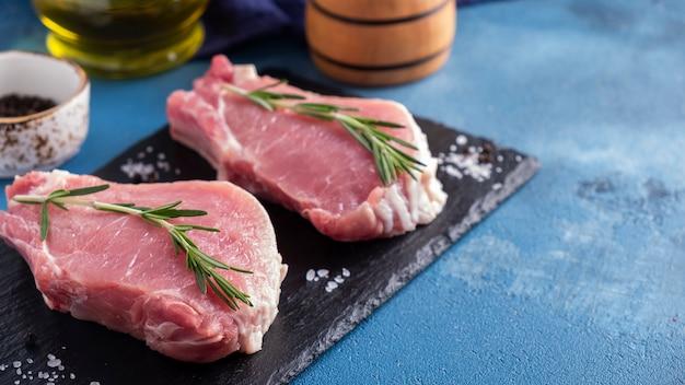 Сырые стейки из свиной отбивной сырое мясо из свинины копирование пространства