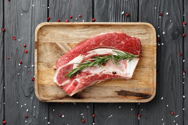 목 판에 생된 원시 쇠고기 양지머리