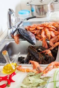 Сырые морепродукты и специи