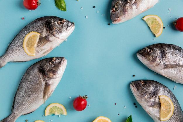 Сырые морепродукты с лимоном и помидорами
