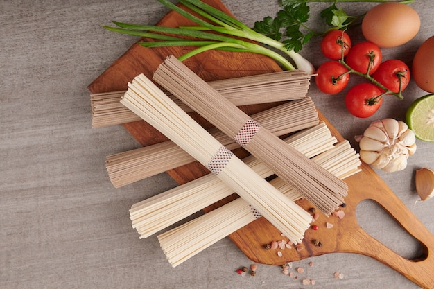 Сырая лапша соба и удон. традиционная японская лапша, сырые пищевые ингредиенты. сушеная гречневая соба и лапша удон.
