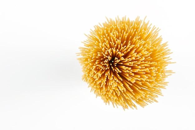 Сырые спагетти, изолированные на белом фоне