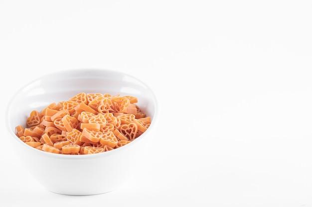 白地に未調理のスパゲッティパスタ。