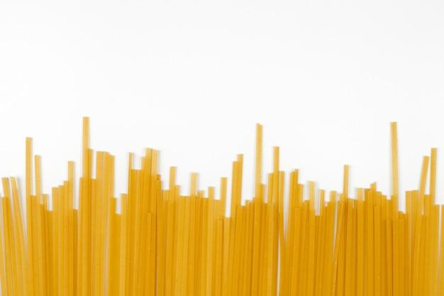 요리하지 않은 스파게티, 흰색 배경입니다. 이탈리아 파스타 상위 뷰의 무리, 평평한 누워.