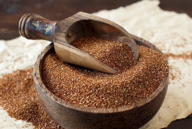 ボウルの未調理のテフ穀物をクローズアップ
