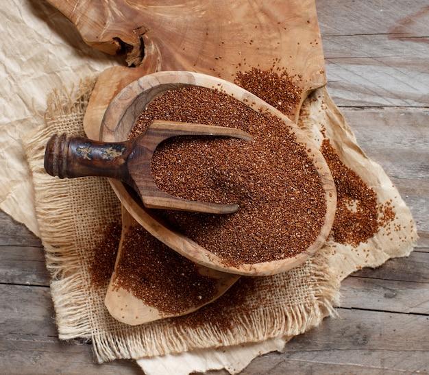 スプーン上面図のボウルに未調理のテフ穀物