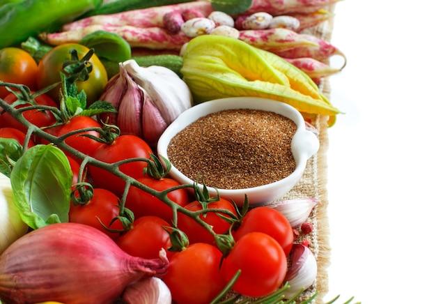 野菜を分離した未調理のテフ穀物