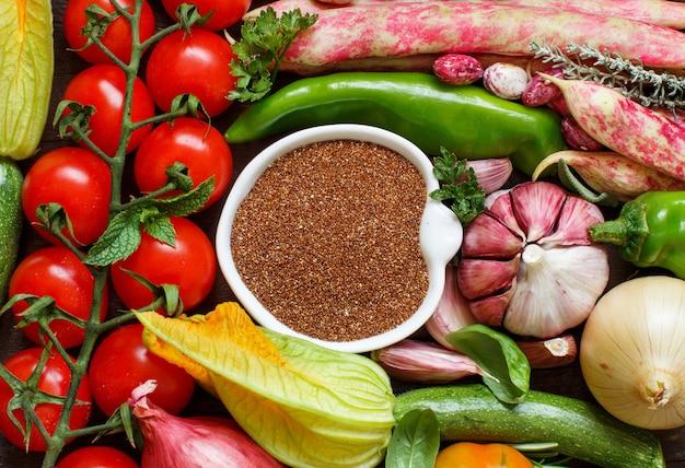 野菜の上面図と未調理のテフ穀物