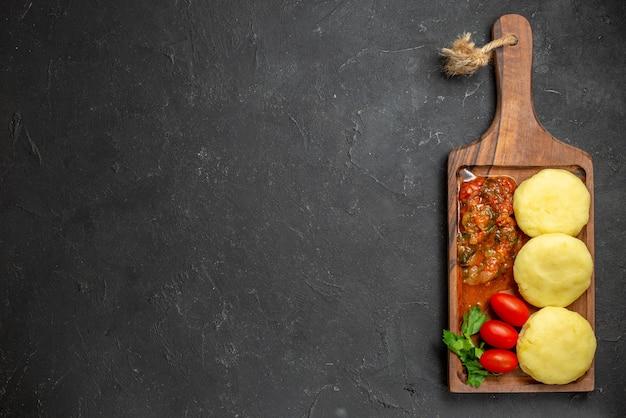 Сырые овощи на коричневой разделочной доске